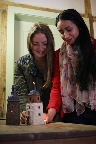 Zuje und Laura mit Teelichtern