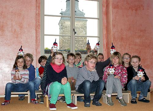 Kinder schauen auf den Magdeburger Turm